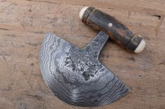 Here we have a stunning Damascus Ulu by Gert Van Elsen Types Of Knives, Knives And Swords, Ulu Knife, Hand Forged Knife, Knife Patterns, Handmade Knives, Metal Projects, Leather Keychain, Knife Making
