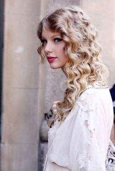 Taylor Swift Photos: Taylor Swift Shops At Rugby