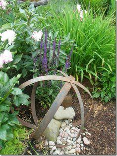 Old rusty farm parts as garden sculptures | Gardening Ideas & Tips