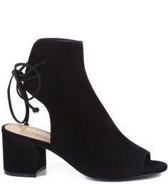 As booties sandals são uma novidade nesta temporada. Com os dedos e os calcanhares de fora, elas garantem um visual cheio de poder e ousadia, perfeito para quem ama inovar no look do dia. O fechament
