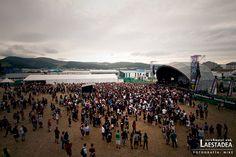 Aspecto del recinto durante la actuación de Unearth en el escenario Monster