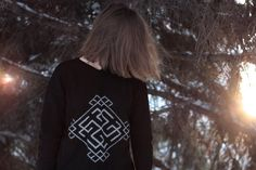 Вязаный свитер с солярным символом.   ИЗГОТОВЛЕНИЕ НА ЗАКАЗ в течении следующих 5-7 дней. Размер на модели - М, рост - 175