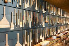 Na Pigment, milhares de vidros com pigmentos coloridos preenchem as paredes, além de pincéis, colas especiais e papeis (alguns da Era Meiji). Confira!