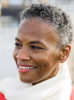 Short Hairstyles for Black Women with Natural Gray Hair Short Grey Hair, Very Short Hair, Short Curls, Cabello Afro Natural, Curly Hair Styles, Natural Hair Styles, Natural Curls, Pelo Afro, Black Women Hairstyles