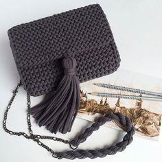 Penye İpten Haraşo Çanta Yapımı - Quack Tutorial and Ideas Crochet Diy, Love Crochet, Crochet Crafts, Crochet Projects, Crochet Clutch, Crochet Handbags, Crochet Purses, Diy Accessoires, Yarn Bag