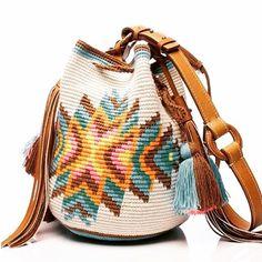 Möchi is here! Tapestry Crochet Patterns, Crochet Tunic Pattern, Crochet Handbags, Crochet Purses, Wiggly Crochet, Mochila Crochet, Ethnic Bag, Tapestry Bag, Knitted Bags