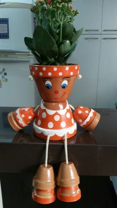 Vaso laranja bolas Clay Pot Projects, Clay Pot Crafts, Diy Clay, Diy And Crafts, Flower Pot Art, Clay Flower Pots, Flower Pot Crafts, Flower Pot People, Clay Pot People