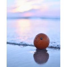 【yuuuuuuu.iiii】さんのInstagramをピンしています。 《»» これを#オレンジバトン にすればよかった~ 昨日の夕焼け 浜辺にオレンジが落ちてたんで 波打ち際に置いてみました 完全にヤラセです . . . 今朝はピンクに焼けたね 家の窓から見て 急いで朝焼け見えそうな場所まで車で出てみたけど 間に合わんやった~ おはようございます »» 福岡県 #hueart_life#indies_gram#IG_JAPAN#IGersJP#icu_japan#team_jp_#RECO_ig#ファイダー越しの私の世界#写真好きな人と繋がりたい#nikon5500#nikonphotography#単焦点#カメラ女子#japan_daytime_view#Far_EastPhotoGraphy#ptk_japan#Lovers_Nippon#tv_living#as_archive#global_ladies#cools_japan#pics_jp#nat_archive#wp_japan#tokyocameraclub#東京カメラ部 #空#海#sunset》