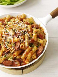 Fırında Sosisli Makarna  Malzemeler:  • 500 gr spagetti • 1 yumurta • 1 su bardağı rendelenmiş dil peyniri • 500 gr. sosis • 1 su bardağı taze mantar • Yarım su bardağı soğan • 1 diş sarmısak • 200 gr. domates taze yada küp şeklinde konserve edilmiş • Yarım su bardağı domates suyu • 1 tatlı kaşığı karışık kuru kekik, nane, fesleğen • 2 yemek kaşığı parmesan  • Kırmızı biber • Tuz, karabiber  Hazırlanışı:  Spagettileri pakette yazıldığı şekilde fakat tuz ve yağ koymadan haşlayıp süzün. ...