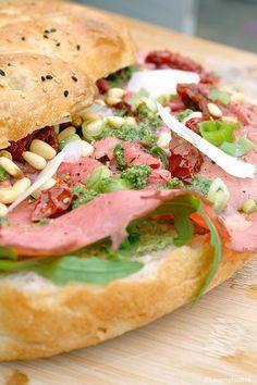 Turks brood met rosbief en pesto mayonaise