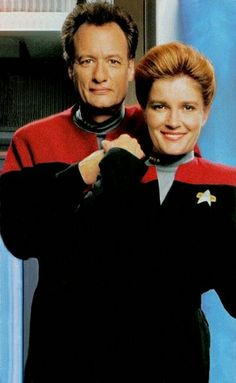 John De Lancie and Kate Mulgrew as Q and Captain Janeway in Star Trek Voyager ❤❤
