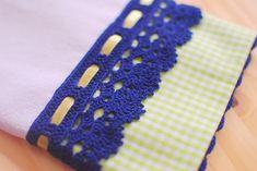 Pano de prato com aplicação em crochê e passa fita.    1 unidade.    Pronta entrega. Aceitam-se encomendas. Filet Crochet, Coin Purse, Cross Stitch, Barbie, Knitting, Handmade, Crafts, 1, Facebook
