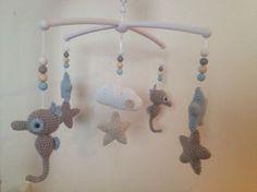 Troetels en zo: GRATIS HAAKPATROON MUZIEKMOBIEL ZEEPAARDJES, #haken, baby, kraamcadeau Diy Crochet Toys, Crochet Gratis, Crochet Fabric, Crochet Projects, Free Crochet, Baby Girl Crochet, Crochet For Kids, Handmade Baby, Handmade Crafts