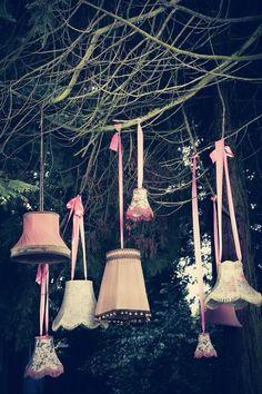 Oude lampenkappen als versiering.