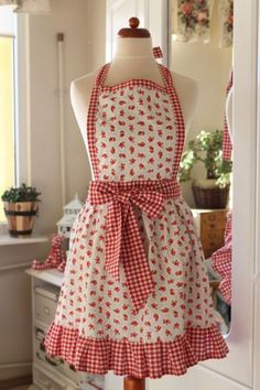 Fartuszek ukwiecony - whatever, I like it. Flirty Aprons, Cute Aprons, Retro Apron, Aprons Vintage, Ruffle Apron, Childrens Aprons, Sewing Aprons, Apron Designs, Kitchen Aprons