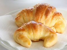 Medialunas, or croissants, are a lovely light snack for Argentinians. In Argentina, this snack is usually made with lard but it can also be made with butter. Medialunas could also be eaten during breakfast. Fruit Recipes, Dessert Recipes, Hispanic Desserts, Homemade Dinner Rolls, Cooking Bread, Light Snacks, Best Sandwich, How To Cook Eggs, I Foods