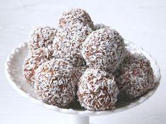"""Välkommen helg, Idag har vibakat vi till Jacobs kalas som vi ska ha imorgon.Nomi ville hjälpa till &rullade färgglada chokladbollar, och jag provade fram en ny variant. Fast i grunden använde jag """"delicatoreceptet"""" som jag tidigare provat här på bloggen. Orka jag säga att detta var den godaste chokladbollen jag … Läs mer"""