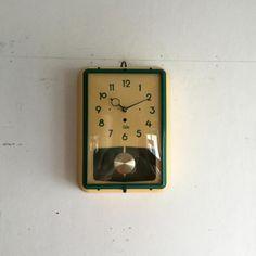 ODOのヴィンテージクロック振り子の壁掛け時計 フランスODO社のグリーンが鮮やかなウォールクロックです!ODO社はアンティークのウェストミンスターチャイムクロックのムーブメントを手がけていた歴史ある時計メーカーです!全体はイエローがかったクリーム色。グリーンの風防フレームと、時計針、文字盤画より引き立ちますね。曲面ガラスはオリジナル!大きな傷もなくベストコンディションです!!お部屋のアクセントに、ショップの壁もこれでグッとクールになります。