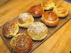 Onion Buns- Step-by-step directions and tips - Delicious burger - Here I come baby! Hamburger Bun Recipe, Bread Bun, Bread Rolls, Bread Recipes, Cooking Recipes, Cooking Bread, Savoury Baking, King Arthur Flour, Frases