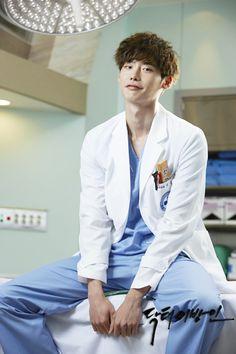 Lee Jong Suk talks about his new drama Doctor Stranger. I love that expression of his xD Park Shin Hye, Park Hae Jin, Lee Jong Suk Cute, Lee Jung Suk, Park Min Young, Asian Actors, Korean Actors, Korean Dramas, Sang Jin