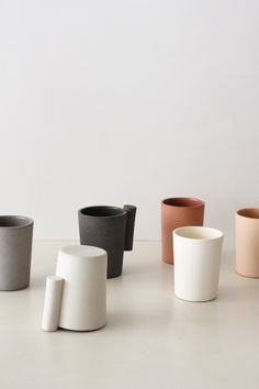 : Designer Akiko Oue's Kop cup handle resembles handles of a different sort, door handles. Ceramic Tableware, Glass Ceramic, Ceramic Cups, Ceramic Art, Kitchenware, Pottery Mugs, Ceramic Pottery, Objet Deco Design, Espace Design
