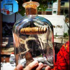 Botella con sacacorchos interior.