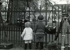 Vorstenhuizen, koningshuis  Nederland,  31 januari 1938, geboorte van prinses Beatrix. Twee kinderen bij het hek van paleis Soestdijk waar persfotografen en cameramannen (filmers) hun apparatuur even onbeheerd hebben gelaten. Nederland,  Baarn, 1938.