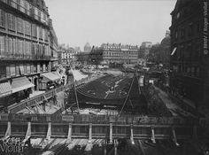 traversée de la Seine au Châtelet. Montage du caisson de la station, Place Saint-Michel. Photographie de Charles Maindron, 31 mai 1906, Paris. © BHdV / Roger-Viollet