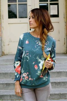 This sweatshirt suits for your daily wear in autumn. It is so bright for its flower print and ribbed trims, showing a casual sense. Pair it with a skinny jeans and a pair of sneakers.