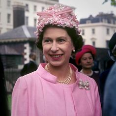 30.  Queen Elizabeth II at the garden party in the grounds of the Royal Hospital, Chelsea, London on June 1, 1967.  -  Queen Elizabeth II: 91 years, 91 pictures  -  April 20, 2017