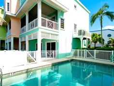 South Beach Village 103 10th Apartment Bradenton Beach (Florida) Set in Bradenton Beach, this apartment features an outdoor pool. Guests benefit from balcony. Free private parking is available on site.  A dishwasher, an oven and a microwave can be found in the kitchen.