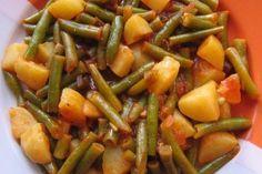 Vielen Dank an Tiervreundin für das leckere Rezept! Zutaten: 500 g Bohnen, grün, TK 5 m.-große Kartoffel(n) 1 große Gemüsezwiebel(n) 3 Knoblauchzehe(n) 3 EL Tomatenmark 4 EL Olivenöl 450 ml Gemüseb…
