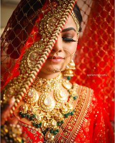 Indian Bride Poses, Indian Wedding Poses, Indian Bridal Photos, Indian Wedding Couple Photography, Indian Bridal Fashion, Bridal Portrait Poses, Bridal Poses, Bridal Photoshoot, Make Up Braut