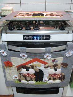 FRETE COM DESCONTO <br>Enfeite seu fogão com lindos cachorrinhos orelhudos!! <br>Produto todo em tecido 100% algodão, estruturado com manta acrílica e enchimento com fibra siliconada. <br> <br>Conjunto 2 peças <br>Cobre forno <br>Tampo fogão <br>* Faço apenas o cobre forno tbm