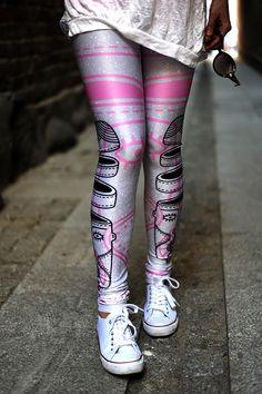 Luźny, miejski styl - zapraszamy na www.labelsshop.pl #FRIFRU #converse #pink #silver #leggins