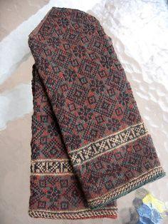 Ravelry: Kurzeme, Ziemelkurzeme, p 240 pattern by Maruta Grasmane Mittens Pattern, Knit Mittens, Knitted Gloves, Knitting Socks, Hand Knitting, Knitting Stitches, Knitting Patterns, Wrist Warmers, Fair Isle Knitting