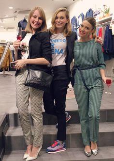 La actriz y blogger Norma Ruiz con las sneakers Riesi de Gioseppo en azul y rojo.