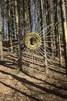 """Lasst die Sonne in den Wald"" trockene Fichtenzweige und Löwenzahnblüten ca. ""Let the sun into the forest"" dry spruce branches and dandelion flowers approx. - m landart - Outdoor Sculpture, Outdoor Art, Garden Sculpture, Land Art, Garden Crafts, Garden Art, Garden Deco, Diy Crafts, Deco Nature"