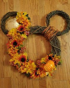 New Images Best Ideas To Create Fall Wreaths Diy: Top 30 Handy Inspirations Style Best Ideas To Create Fall Wreaths Diy 115 Handy Inspirations 0647 Disney Diy, Disney Crafts, Diy Disney Gifts, Disney Thanksgiving, Thanksgiving Wreaths, Disney Christmas, Thanksgiving Ideas, Diy Fall Wreath, Fall Diy