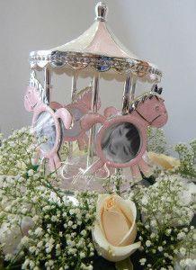 #Buy now € 49,00 in #offerta #Prezioso #Carillon con 4 #cavalli a dondolo che permettono di inserire 8 #fotografie, in #metallo argentato con particolari in #madreperla #rosa e #bianco e #cristalli, ideale come  #idearegalo per #femminucce  e per realizzare #bomboniere #originali e #utili per #nascita o #battesimo by #Mascagni http://www.tiffanystore.it/?product=carillon-bomboniera-portafoto-rosa-mascagni