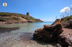 Sardegna DigitalLibrary - Immagini - Baia di Cala dei Detenuti e la Torre Aragonese di Cala d'Oliva