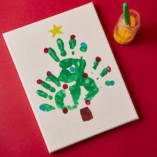 Christmas Tree Canvas, Christmas Handprint Crafts, Christmas Crafts For Kids To Make, Christmas Tree Crafts, Christmas Crafts For Preschoolers, Christmas Tree Hand Print, Baby Handprint Crafts, Kindergarten Christmas Crafts, Christmas Toddler Activities