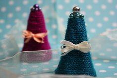 Diese dekorativen Weihnachtsbäumchen sind aus Eierkartons gebastelt! https://www.deindiy.de/tannenbaum-basteln/ 'deindiy #wolle #weihnachtsdeko #eierkarton