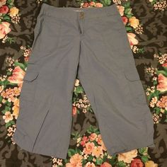 Old Navy Cropped Pants Barely used, needs a new loving home  ⛔️ NO TRADES, NO PAYPAL, NO MERCARI, NO HOLDS ⛔️ smoke free, pet free home  let me know if you have other questions  PLEASE MAKE OFFERS THROUGH THE OFFER BUTTON. Old Navy Pants Ankle & Cropped