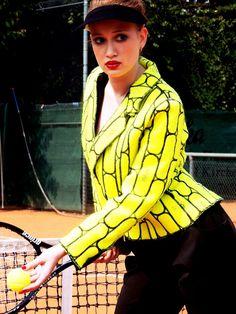 ParViktoria Lepeschko, une veste..... en balles de tennis upcyclées pour celles et ceux qui n'auraient pas vu l'indice en bas à gauche de la photo.