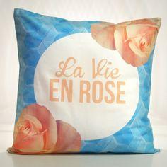 """Il cuscino per tutti i romantici affida il suo messaggio alle parole della celebre canzone di Edith Piaf. """"L'amour de ma vie"""", la dichiarazione per la persona speciale, è sul retro! Un cuscino da regalare o da tenere con te per esprimere tutto l'amore per la musica della chanteuse francese. Gabardine di cotone, Lunghezza 50cm, Larghezza 50 cm,Lavabile a 60°. Da oggi è su http://lovli.it/index.php/la-vie-en-rose-sfondo-azzurro.html#"""