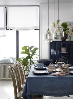 Hissgardin Pembroke i lin Apartment Renovation, Make A Change, Inspiring Things, Black Walls, Find Furniture, Home Kitchens, Beach House, Table Settings, Dining Room