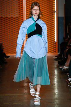 Guarda la sfilata di moda MSGM a Milano e scopri la collezione di abiti e accessori per la stagione Collezioni Primavera Estate 2017.