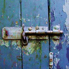 Rustic latch on blue chipped paint door Old Door Knobs, Door Knobs And Knockers, Door Handles, Old Doors, Windows And Doors, Graffiti Artwork, Old Keys, Door Detail, Peeling Paint