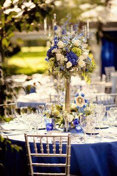 Decoracion de mesa con mantel y centro de mesa de color azul. #BodaAzul